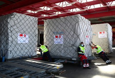 Swissport staff members take care of cargo of masks imported by the Chinese-Swiss Chamber of Congress and the Geneva Chamber of Commerce at Cointrin airport in Geneva, 6 April 2020 (Photo: Reuters/Denis Balibouse).
