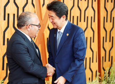 Japan's Prime Minister Shinzo Abe shakes hands with Papua New Guinea's Prime Minister Peter O'Neill as he arrives for the APEC Summit, Port Moresby, Papua New Guinea 17 November 2018. (Photo: Reuters/David Gray)