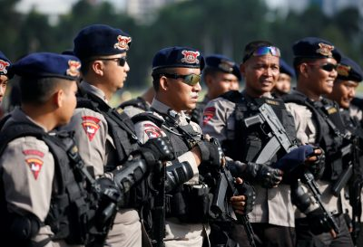 Indonesian police attend a security briefing at the National Monument before deployment during the Christmas and New Year holidays in Jakarta, Indonesia, 22 December, 2016 (Reuters/Darren Whiteside).