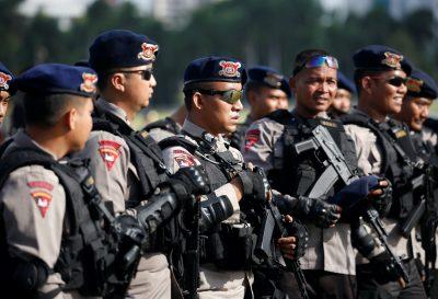 Polisi Indonesia menghadiri pengarahan keamanan di Monumen Nasional sebelum dikerahkan selama liburan Natal dan Tahun Baru di Jakarta, Indonesia, 22 Desember 2016 (Reuters / Darren Whiteside).
