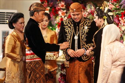 Indonesia's President Joko Widodo (2nd L), accompanied by first lady Iriana Widodo (L) and daughter-in-law Selvi Ananda (3rd L), looks at his daughter Kahiyang Ayu's (2nd R) wedding ring as his new son-in-law Bobby Nasution (3rd R) is seen during their wedding ceremony in Solo, Central Java, Indonesia, 8 November, 2017 (Antara Foto/Maulana Surya/ via Reuters).