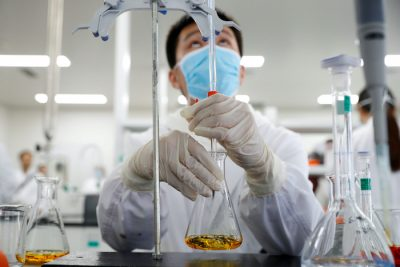 A man works in a laboratory of Chinese vaccine maker Sinovac Biotech, developing an experimental coronavirus disease (COVID-19) vaccine, during a government-organized media tour in Beijing, China, 24 September, 2020 (Photo: Reuters/Thomas Peter).