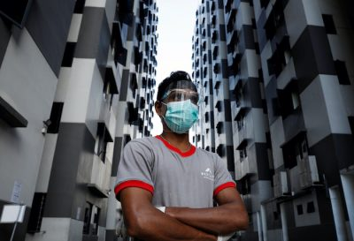 A migrant worker listens as officials give a tour of a dormitory, amid the coronavirus disease (COVID-19) outbreak in Singapore 15 May, 2020 (Photo: Reuters/Edgar Su).