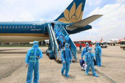 People apply preventive measures during the first domestic flight, carried out by Vietnam Airlines to transport tourists stranded in the central city of Da Nang affected by COVID-19 at the Airport Noi Bai International in Hanoi, Vietnam on 12 August, 2020 (Photo: Reuters/VNA).