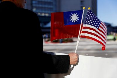 A man holds flags of Taiwan and the United States in support of Taiwanese President Tsai Ing-wen during an stop-over after her visit to Latin America in Burlingame, California, United States, 14 January 2017 (Photo: Reuters/Stephen Lam).