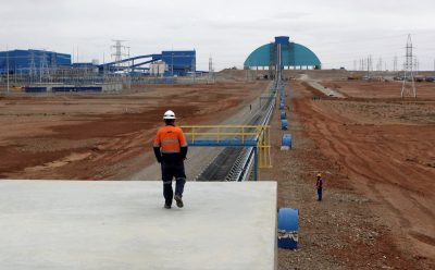 An employee looks at the Oyu Tolgoi mine in Mongolia's South Gobi region 23 June, 2012 (Photo: Reuters/David Stanway).