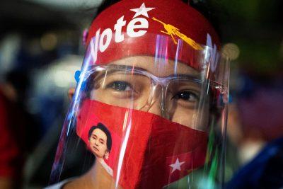 Seorang pendukung Partai Liga Nasional untuk Demokrasi menunggu hasil di luar markas partai setelah pemilihan umum di Yangon, Myanmar, 8 November 2020 (Foto: Reuters / Shwe Paw Mya Tin).