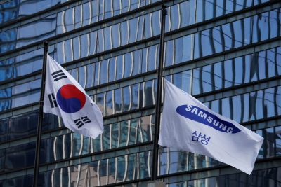 A flag bearing the logo of Samsung flutters at half-mast in front of its office building in Seoul, South Korea, 28 October 2020 (Photo: Reuters/Heo Ran).