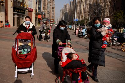 Women walk with children in a street following the outbreak of the coronavirus disease (COVID-19) in Wuhan, Hubei province, China, 15 January, 2021 (Reuters/Thomas Peter).