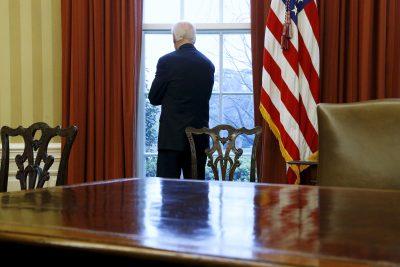 Joe Biden berdiri di dekat jendela menghadap ke South Lawn di Oval Office, The White House, Washington, DC, 14 April 2015 (Foto: Reuters / Jonathan Ernst).
