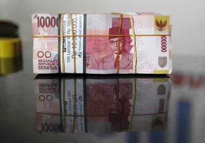 Uang Kertas Rupee Indonesia, 13 November 2015 (Foto: Reuters / Gary Lottulang).