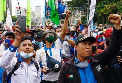 """Anggota serikat pekerja Indonesia memprotes reformasi ketenagakerjaan pemerintah dalam 'penciptaan lapangan kerja'""""]'RUU di Jakarta, Indonesia 2 November 2020 (Foto: Reuters / Ajeng Dinar Ulfiana)."""
