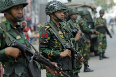 Army soldiers stand guard in a street in Dhaka, 5 January 2014 (Photo: Reuters/Andrew Biraj).