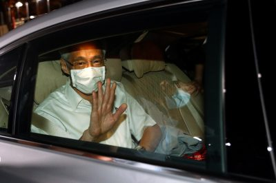 Singapore's Prime Minister Lee Hsien Loong waves from a car as he leaves a People's Action Party branch office, as ballots are being counted during the general election, in Singapore 11 July 2020 (Photo: Reuters/Edgar Su).