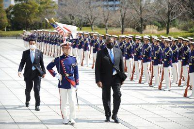 ロイド・オースティン、米国防長官(右)と日本の岸信大臣(左)は、3月16日、東京の日本国防省での日米国防相の二国間会合の前に、名誉警備隊のレビューに出席します。 2021年(写真:David Mariwell / Ball Via Reuters)