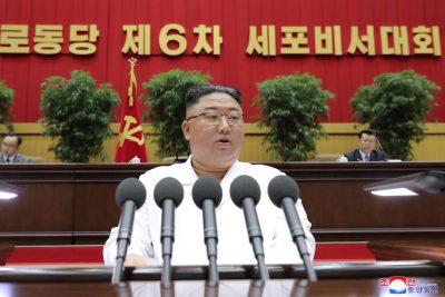 김정은 북한 지도자가 2021 년 4 월 9 일 평양에서 열린 노동당 감방 장관 회의에서 연설하고있다 (사진 : KCNA, KCNA / via Reuters).