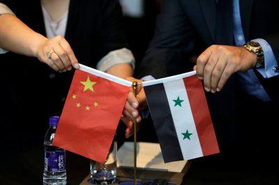 2017年5月8日,中国和叙利亚商人在一次会议上挥舞国旗,讨论在中国北京的叙利亚重建项目(照片:路透社/贾森·李)。