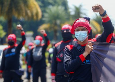Members of Indonesian labor organizations protest against the country's controversial job creation bill aimed at boosting investment in Jakarta, Indonesia, April 12, 2021 (Photo: Reuters / Ajeng Dinar Ulfiana).
