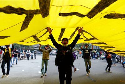 Pada 28 Oktober 2020, mahasiswa memprotes RUU reformasi ketenagakerjaan pemerintah di Jakarta, Indonesia.  (Foto: REUTERS/Ajeng Dinar Ulfiana)