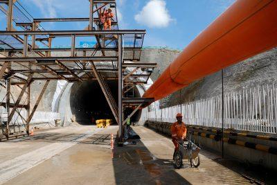 21 Februari 2019 (Reuters/Willy Kurniwan) Seorang pekerja mendorong gerobak dorong di lokasi pembangunan Terowongan Valini untuk Kereta Api Cepat Jakarta-Bandung di Kabupaten Bandung Barat, Provinsi Jawa Barat, Indonesia.