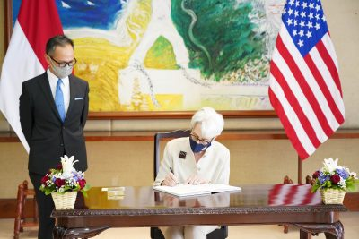 Menteri Luar Negeri AS Wendy Sherman menulis dalam buku tamu usai pertemuannya dengan Wakil Menteri Luar Negeri RI Mahendra Singh Dhoni di Jakarta, Indonesia pada 31 Mei 2021 (Foto: Okta/Panduan melalui Kementerian Luar Negeri/REUTERS).