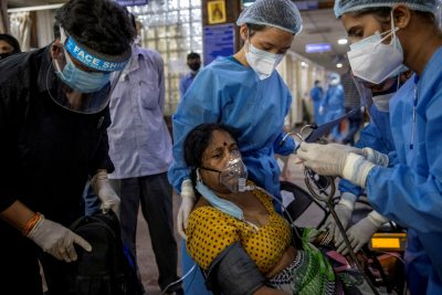 A patient with COVID-19 receives treatment in the emergency department at Holy Family Hospital in New Delhi, India on April 29, 2021 (Photo: Reuters / Danish Siddiqui).