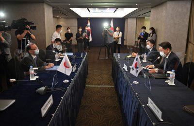 서울 호텔에서 양자 회의에서 한국의 한반도 평화 안보 담당 특별 대표의 노 큐도쿠 씨가 외무성 아시아 해양 국장의 후 나코시 타케 씨와 회담하는, 한국, 2021 년 6 월 21 일 ( 사진 : Jung Yeon-Je / Pool via Reuters).