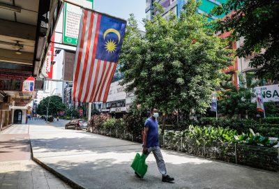 2021 年 7 月 17 日,一名戴着口罩作为预防冠状病毒 (COVID-19) 传播的男子走在马来西亚吉隆坡唐人街一条空荡荡的街道上。(照片:REUTERS/Wong Fok Loy / SOPA Images /西帕美国)