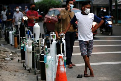 People wearing protective masks queue to refill oxygen tanks as Indonesia experiences an oxygen supply shortage amid a surge of COVID-19 cases, at a filling station in Jakarta, Indonesia, July 5, 2021. (Photo: REUTERS/Willy Kurniawan)