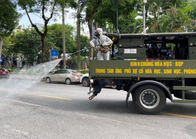 El personal militar rocía desinfectante en las calles durante un cierre diseñado para frenar la propagación del COVID-19 en Hanoi, Vietnam, el 26 de julio de 2021 (Foto: Reuters / Stringer).