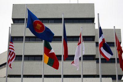 Des drapeaux sont visibles à l'extérieur du bâtiment du secrétariat de l'Association des nations de l'Asie du Sud-Est (ASEAN), avant la réunion des dirigeants de l'ASEAN à Jakarta, en Indonésie, le 23 avril 2021 (Photo: Willy Kurniawan/Reuters).