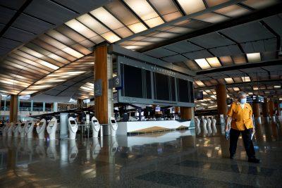 Pemandangan Terminal 2 Bandara Changi yang kosong sebelum ditutup selama 18 bulan akibat dampak COVID-19, Singapura, 30 April 2020 (Foto: REUTERS/Edgar Su)