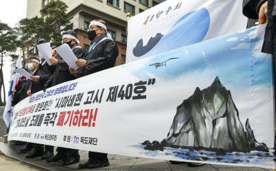 서울 주재 일본대사관 인근에 모여든 시민들