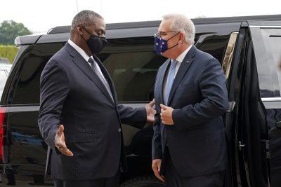 El secretario de Defensa de Estados Unidos, Lloyd Austin, da la bienvenida al primer ministro de Australia, Scott Morrison, en Arlington, Virginia, el 22 de septiembre de 2021 (Foto: Reuters / Kevin Lamarque).