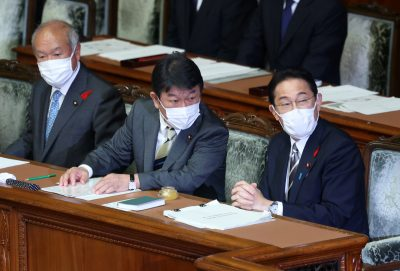 Newly elected Japanese Prime Minister Fumio Kishida, accompanied by Foreign Minister Toshimitsu Motegi (C) and Finance Minister Shunichi Suzuki (L) attends Lower House's plenary session at the National Diet in Tokyo, 8 October 2021 (Photo: Yoshio Tsunoda/AFLO).