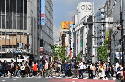 People cross the Shibuya Scramble Crossing in front of Shibuya Station in Shibuya Ward, Tokyo on 15 October 2021 (Photo:Reuters/The Yomiuri Shimbun).
